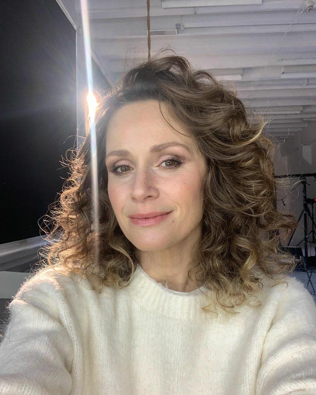 """Monika Mrozowska, serialowa Majka z """"Rodziny zastępczej"""", jest ciąży! Aktorka pokazała zdjęcia i odpowiedziała Pudelkowi"""