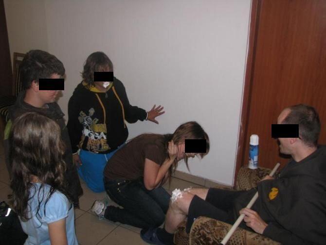 Діти злизують вершки з коліна священика_6. Священник странным образом посв
