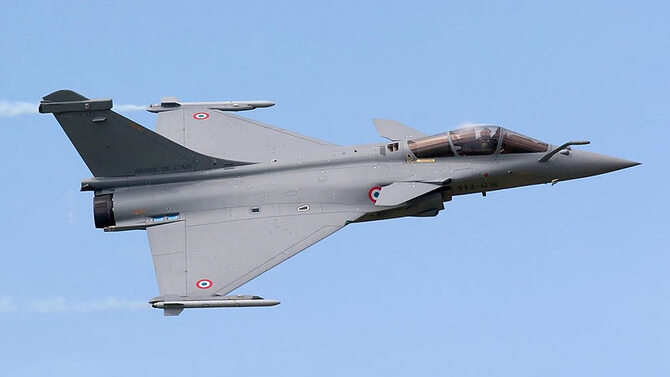 myśliwiec Rafale, By Joey Quan (Flickr photostream) [CC-BY-SA-2.0 (http://creativecommons.org/licenses/by-sa/2.0)], via Wikimedia Commons